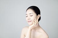顎に手を添える韓国人女性