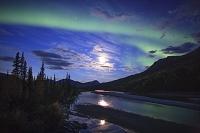 アメリカ合衆国 極北 満月に舞うオーロラ