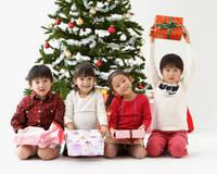 クリスマスを楽しむ子供たち