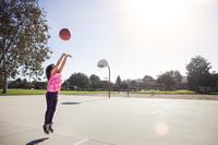 バスケのシュートを打つ女の子