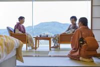 日本人シニア夫婦に挨拶する仲居