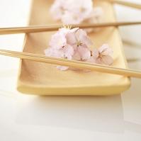 皿の上の桜と箸