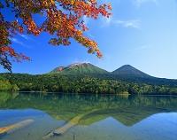 北海道 オンネトーより雌阿寒岳(左)と阿寒富士(右)