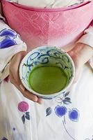 抹茶を持つ浴衣の女性 日本の食