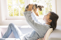 ヨークシャテリア 犬を抱き上げる女の子