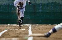 一塁に向かって走る選手