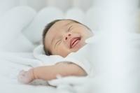 笑顔の日本人の新生児