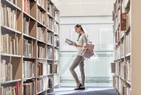 図書館の大学生