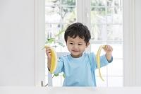 バナナの皮をむく日本人の男の子