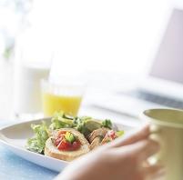 パソコンと朝食