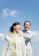 肩に手を置く中高年夫婦