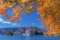 青森県 紅葉の十和田湖 兜岩と鎧岩と観光船