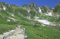 長野県 千畳敷カールと登山者と宝剣岳