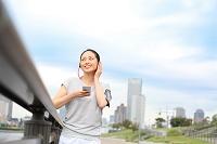 公園でリラックスする若い日本人女性