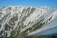 長野県 爺ケ岳より岩小屋沢岳と剣岳遠望右奥の山