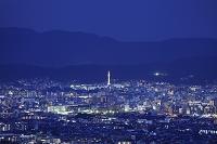 京都府 夕暮れ時の京都タワーと市街地