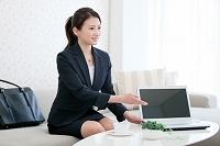 ノートパソコンを見せる日本人ビジネスウーマン