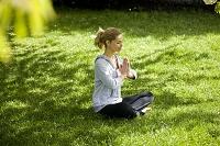公園でヨガをする外国人女性