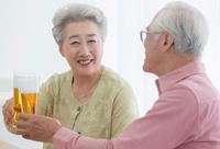 乾杯をする日本人シニア夫婦