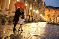 傘を差しながらキスする外国人カップル