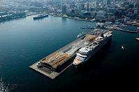 神奈川県 豪華客船クイーン・エリザベスと横浜大桟橋と山下公園