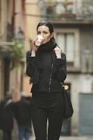スペイン コーヒーを飲みながら歩く外国人女性