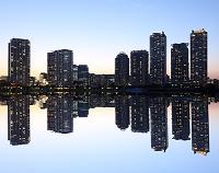 横浜ビルの夜景の映り込み