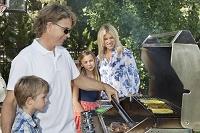 BBQを楽しむ家族