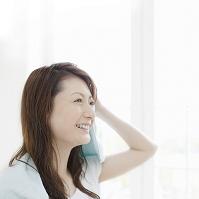 髪を拭く日本人女性