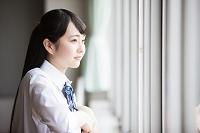 教室から外を眺める女子高生