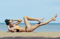 水着の若い女性
