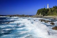 和歌山県 荒波打ち寄せる潮岬海岸より潮岬灯台