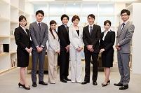 オフィスで一列に並ぶ男女8人