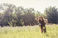 草原にいる子供