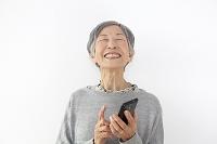 スマートフォンを持つおばあちゃん