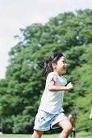 公園で走る日本人少女
