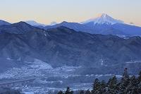 山梨県 百蔵山 夜明けの紅富士と雪景色の山並み