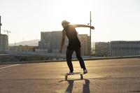 スケートボーディングの若者