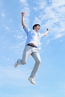 飛び跳ねる日本人男性