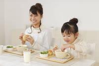 シチューを食べる女の子とお母さん