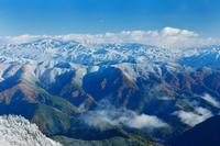 岐阜県 郡上市 新雪が降った紅葉した美濃の山並み