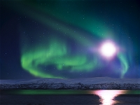 スウェーデン 湖に映る月光とオーロラ