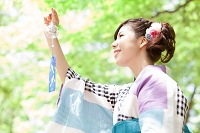 風鈴を持っている浴衣の日本人女性