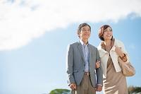 腕を組んでいる笑顔の中高年夫婦