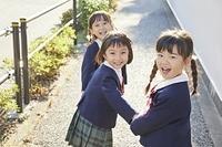 手を繋ぐ幼稚園児の女の子