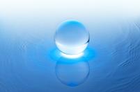 水に浮かぶ透明な球体
