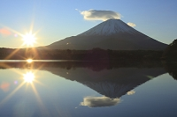 山梨県 精進湖と富士山と朝日