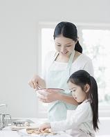 料理をする日本人親子