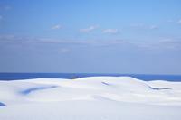 鳥取県 雪に覆われた鳥取砂丘の夕暮れ