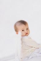 天使の羽をついているハーフの赤ちゃん